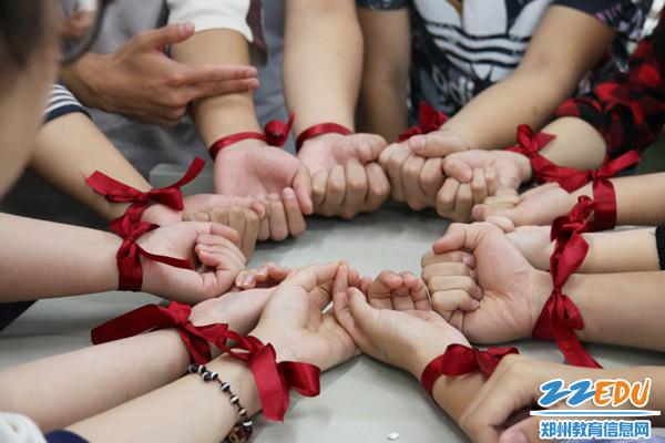 常瑞芳老师送给学生的红丝带