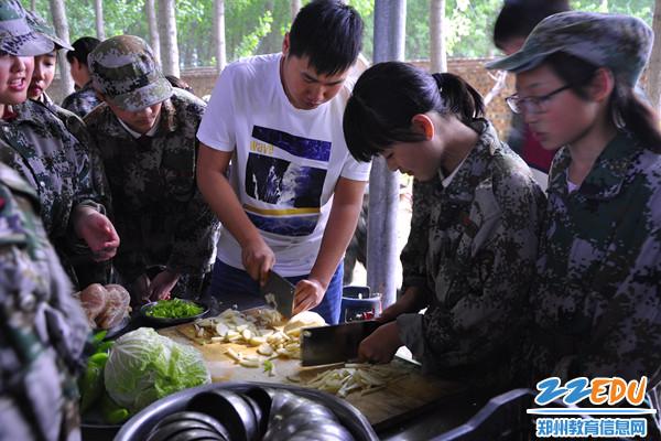 6師生共做大鍋飯