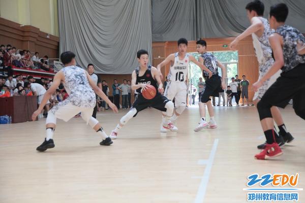 郑州八中男篮队员场上英姿 - 副本