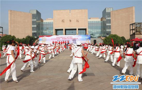 2郑州中学附属小学化工路校区表演的安塞腰鼓