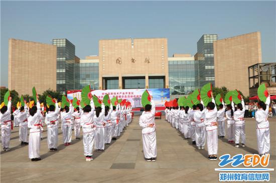 4郑州中学附属小学石楠路校区表演的中华响扇