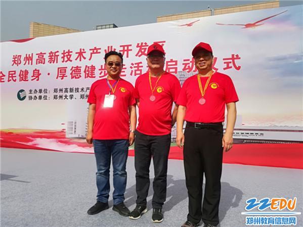 7高新区教体局党委书记、局长田鸿鹏出发前与省市体育局领导合影
