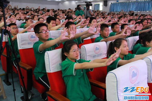 讲座中,同学们参与互动环节