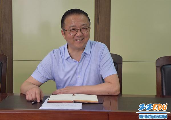 郑州三中校长查保翔作报告_副本