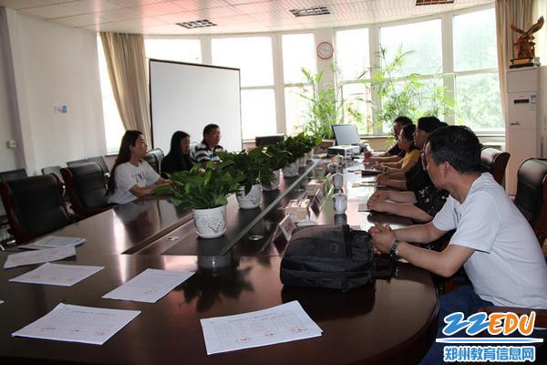 郑州99中办公室主任孟华楠向检查组进行工作汇报_副本
