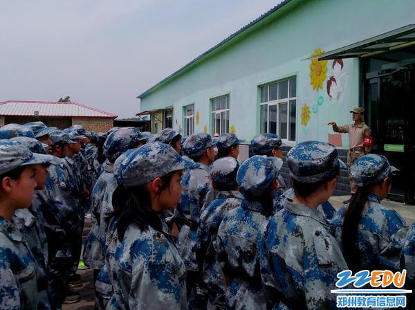 学生认真接受军事训练