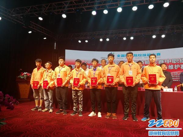 王文奇同学代表学校领奖