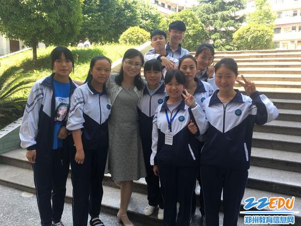 张莉娜老师与学生