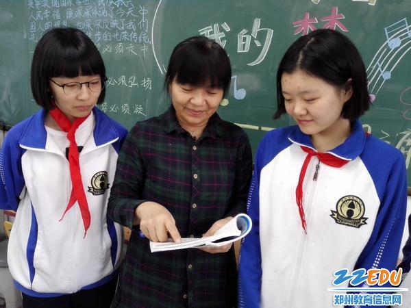 杨老师课间给孩子们辅导功课 - 副本