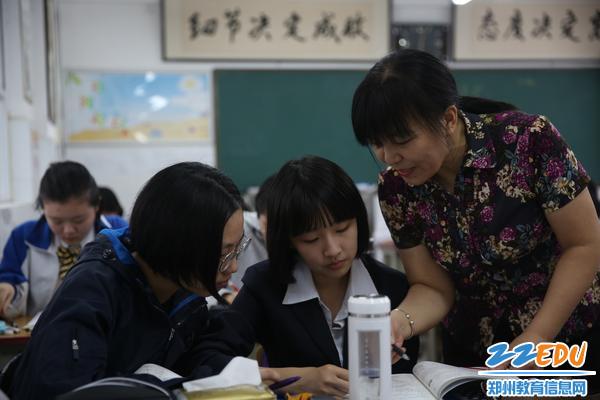 课堂中的杨老师耐心给孩子们讲解知识点