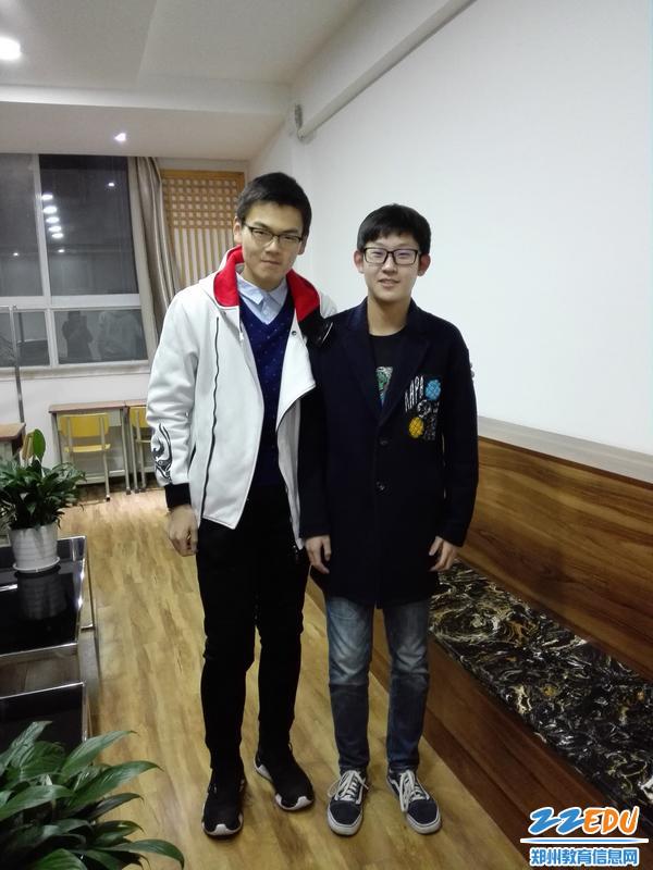 你们能看出左边的赵梓晨曾经是200斤的大块头么? - 副本