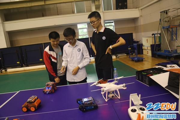 创客学子演示机器人作品