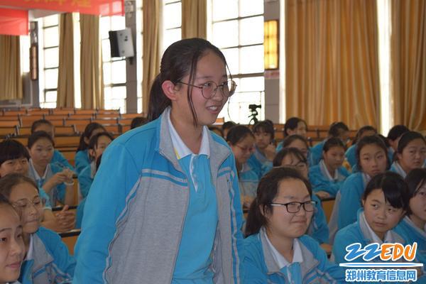 面对老师的提问,七年级学生胡亦菲有些害羞_副本