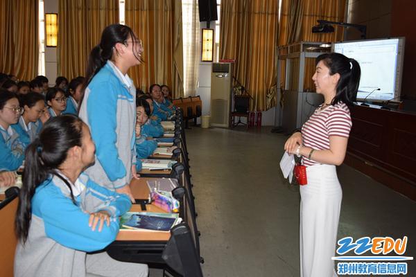 互动环节,学生们渐渐打开心扉和刘老师进行交流_副本