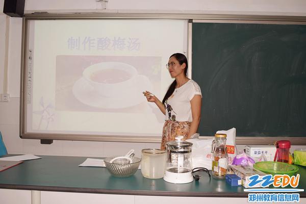生物老师晁爱荣为学生们讲解酸梅汤的制作过程_副本