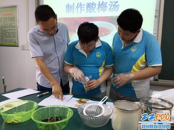 生物老师王伟指导学生们如何测量食材_副本