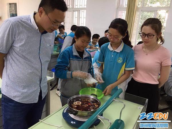 """生物老师王伟、郭闪闪一起指导学生调配酸梅汤的""""酸甜""""味道_副本"""