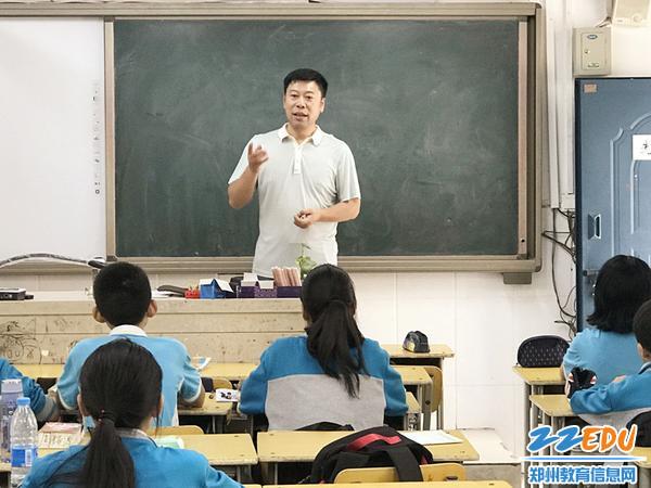 于春波老师为学生们讲解如何写好钢笔字_副本
