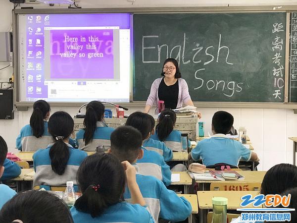 英语老师李利波教学生们唱英文歌曲_副本