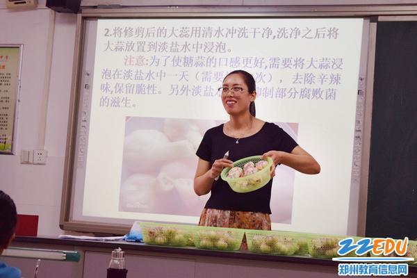 生物老师晁爱荣为学生讲解如何腌制糖蒜_副本
