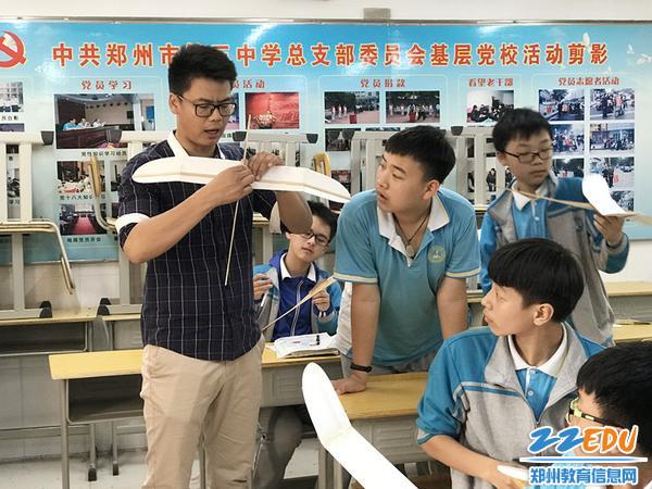 崔键老师手把手教学生们如何制作飞机模型_副本
