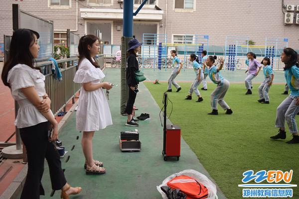 程楠、周梦娜、郑润苗老师认真指导学生们排练舞蹈_副本