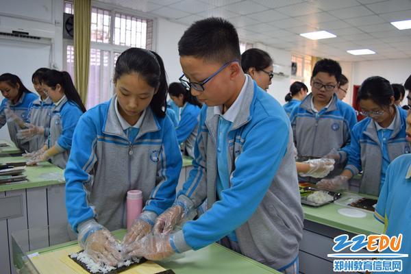 学生们兴致勃勃地做寿司_副本