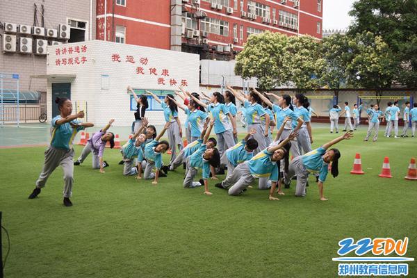 老师们指导学生们排练舞蹈_副本