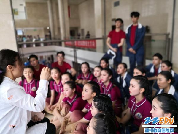 指导老师对团员进行赛前鼓励