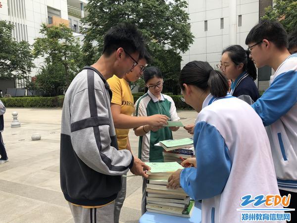 团委学生会成员接收毕业生捐赠图书
