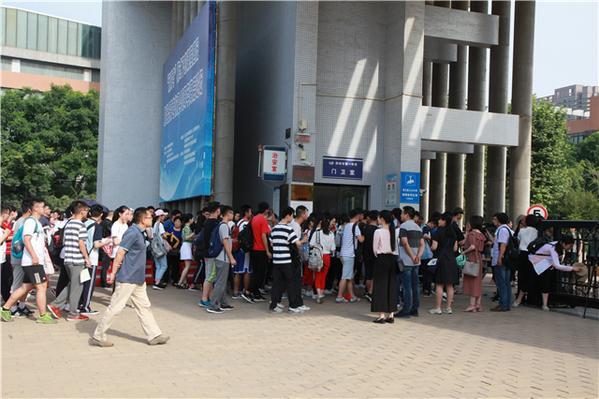 早上八点,在郑州一中,考生走进考场。