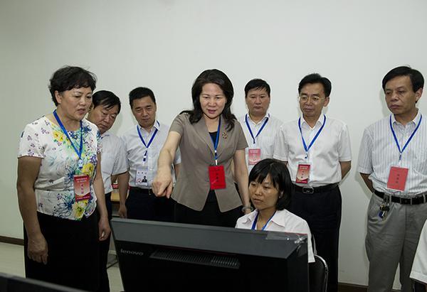 副省长霍金花一行在郑州市第11中学考点巡查视频监控中心