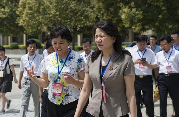 郑州市副市长刘东向副省长霍金花汇报考点情况
