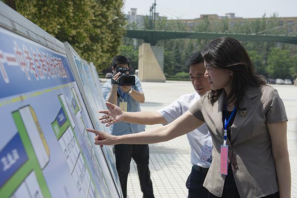 副省长霍金花在郑州市第11中学考点查看考场分布情况