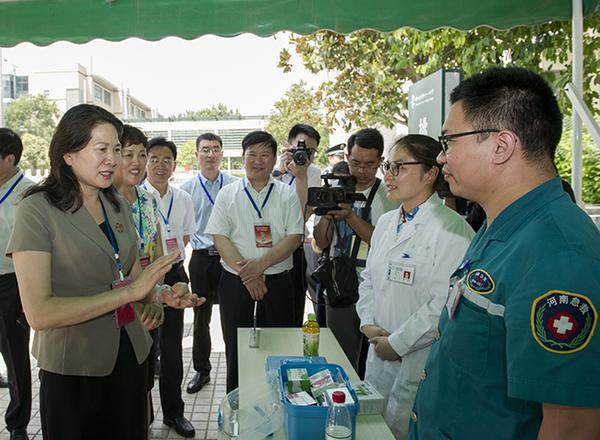 副省长霍金花一行在郑州市第11中学慰问考点内的医务人员