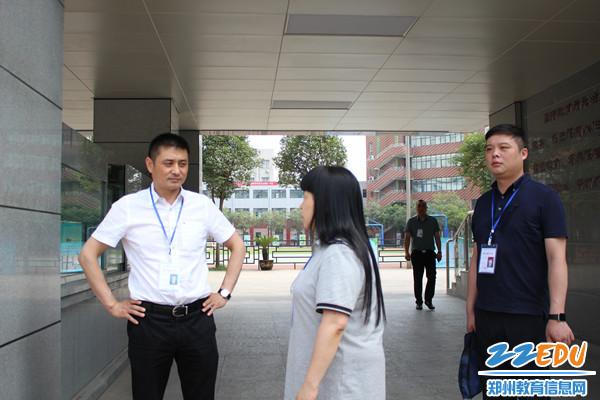 扶轮外语考点董校长向高局汇报高考情况_副本