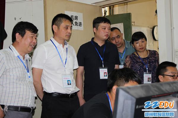 高峰局长查看三十九中视频监控_副本