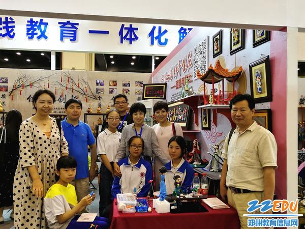 郑州市教研室创客课程教研中心办公室曹淑玲主任和河师大的领导与我校师生的合影
