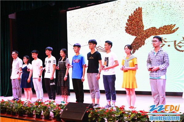 8赵银堂书记为学生送上校徽