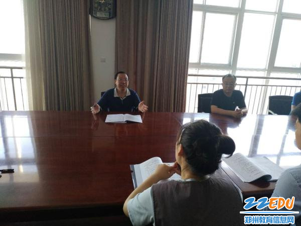 2.郑州市第十四中学党委书记马金良主持竞赛