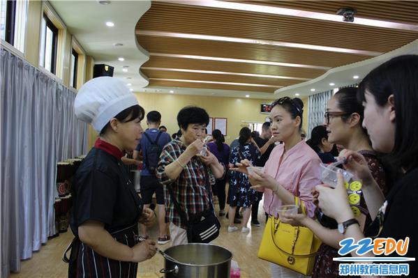 2、家长和厨师交流粥的制作方法