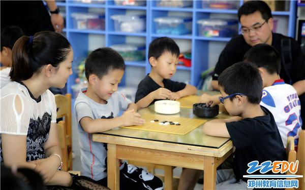 """3.大班阳光自选课程""""幼儿围棋""""活动中幼儿激烈对弈"""