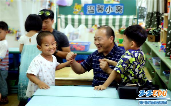 14.家长朋友与孩子们开心的玩游戏