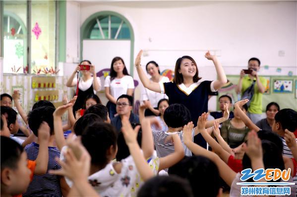 15.老师带领孩子展示本学期所学歌曲