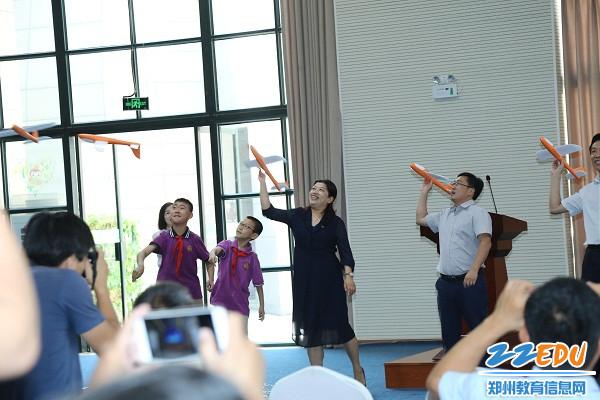 参会领导和学生代表放飞科技之翼