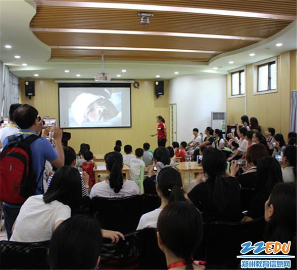 9.青年教师唐哲组织安全教育活动《地震来了  怎么办》