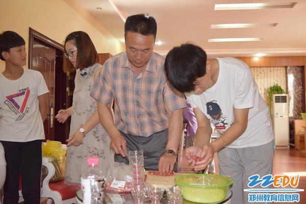 郑州三中工会主席杨海燕和师生们一起包粽子_副本