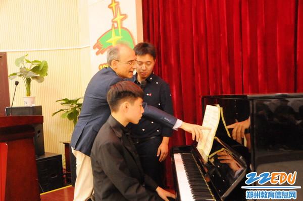 钢琴大师法布里西欧•维蒂先生现场指导七中学生3