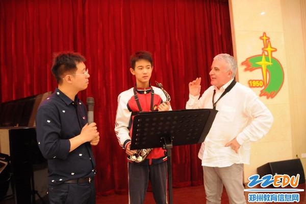 意大利萨克斯协会会长马西莫•崇义正在指导七中学生6