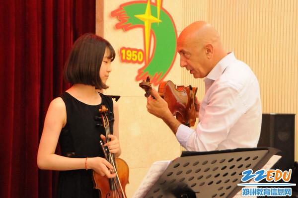 小提琴大师  卢卡•玛吉亚力正在指导七中学生9